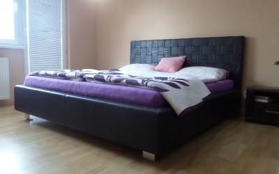 Kožená čalúnená posteľ – hnedá